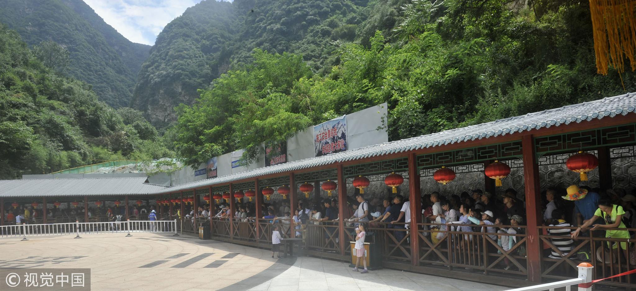 2018年08月,华山西线西峰索道乘车区挤满了等待乘车上山游览的旅客。 / 视觉中国