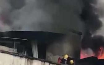 宜宾一居民楼顶发生火灾黑烟冲天50多位居民被紧急疏散