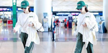 景甜穿绿运动裤配棒球帽 走路带风