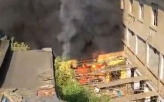 南昌二七北路一废弃烤漆房发生火灾 现场一片狼藉
