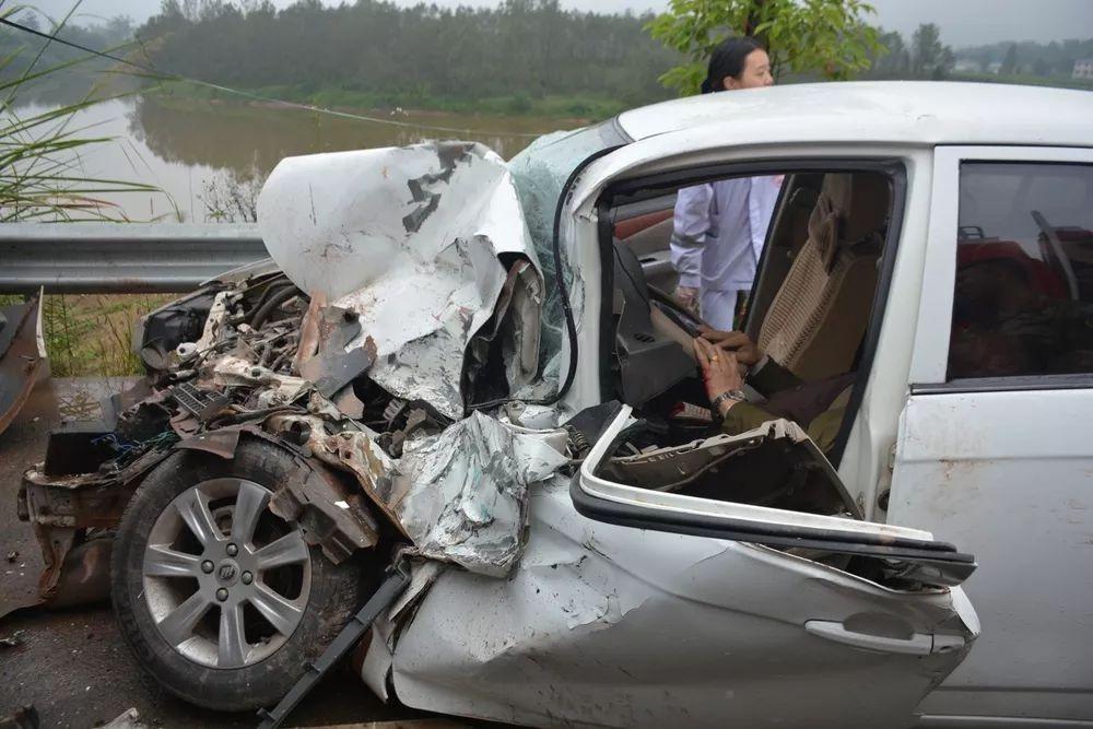 超车酿事故,遂宁一小轿车撞上小货车导致2人被困