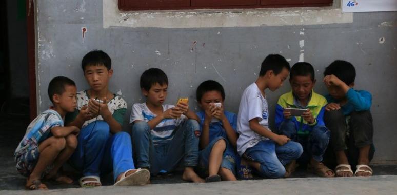 不适合儿童!让农村孩子走出沉迷手机游戏的误区