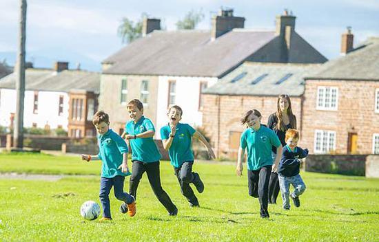 英国最小学校只有五名学生一名老师 教学方式灵活