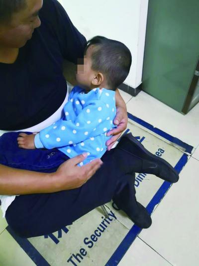 女子将孩子独自留在宾馆出门购物 民警带娃找妈妈