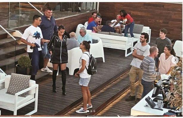 C罗和女友、朋友在葡萄牙聚会