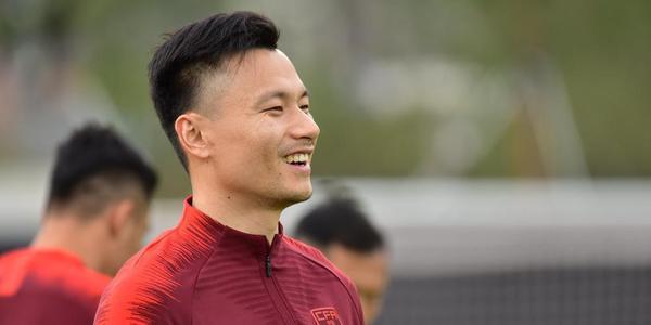 国足训练郜林微微一笑 里皮低头沉思