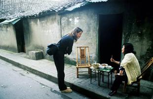 在中国学川菜的英国女孩