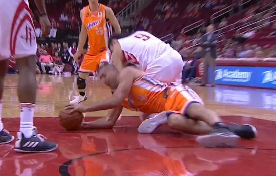 【影片】周琦傷退被輪椅推出!被姚明昔日隊友坐到膝蓋!