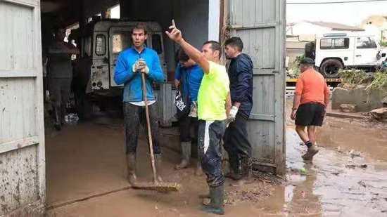 惊呆!这是网坛巨星纳达尔?穿雨靴拿耙子淤泥中干活似农民