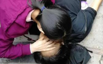 路遇女子晕倒路边 自贡女医生跪地抢救获网友点赞