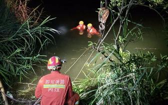 内江消防救起一辆落水数天的面包车 车内发现一名驾驶员 封面新闻