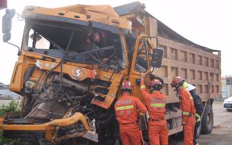 泸州:两辆渣土车相撞 消防二十多分钟救出被困驾驶员