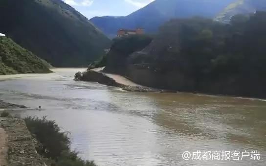 金沙江堰塞湖蓄水近1亿立方米 甘孜州已转移4808人