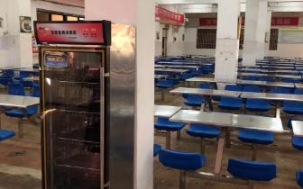校方回应食堂消毒柜里爬活蛆:学生恶作剧