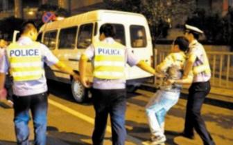 内江两男子街头耍酒疯致两辅警多处受伤 法院:构成妨害公务罪且
