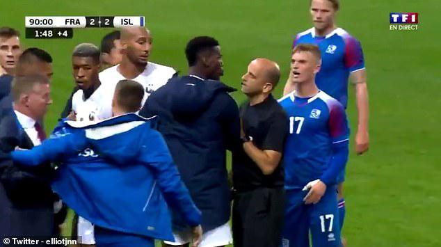 看姆巴佩被冰岛踢得满地打滚,博格巴穿大衣冲进场内:都起开!