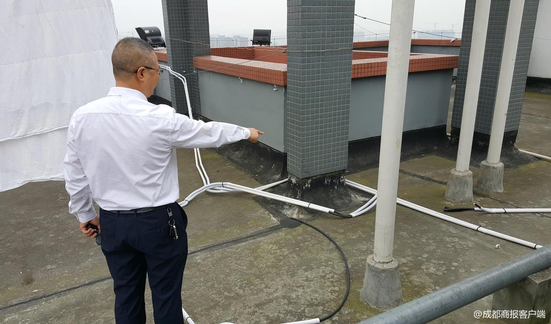 小区楼顶,信号放大设备的导线被人为破坏