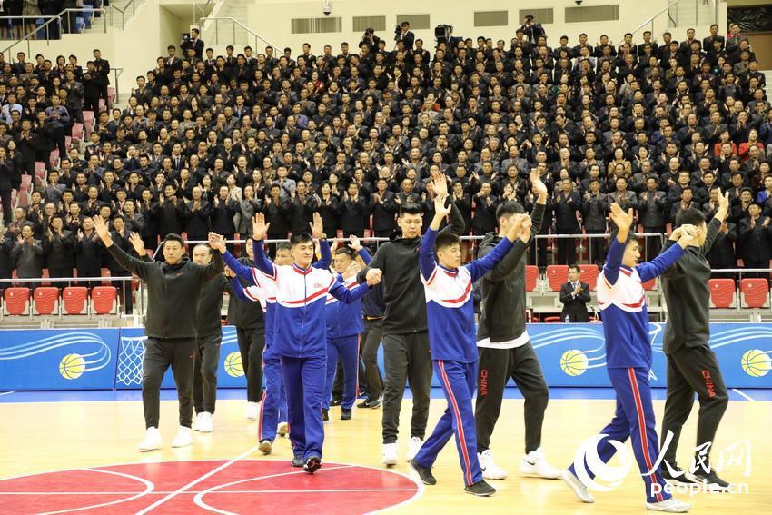 人民网:中朝男篮混编友谊赛激烈且友好 上万观众观看