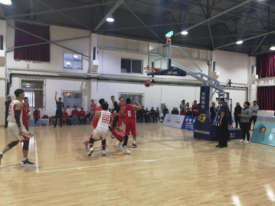 职工们在篮球场上挥洒汗水,弘扬体育精神