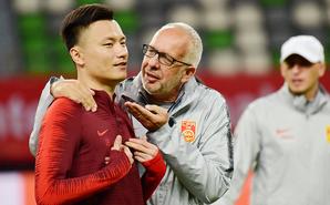 国足训练郜林遭里皮助手调戏