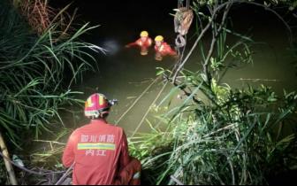 内江消防救起一辆落水数天的面包车 车内发现一名驾驶员