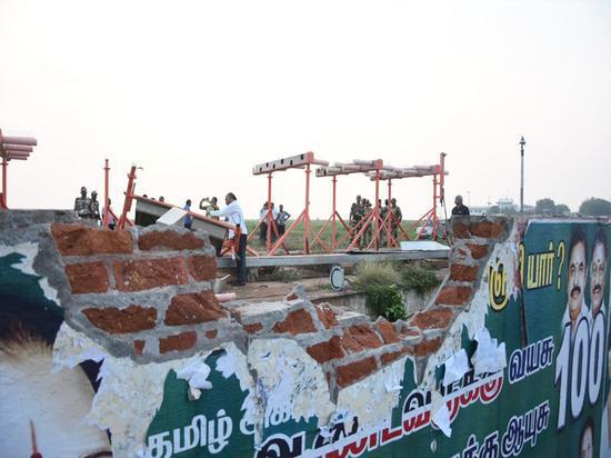 机场建筑被撞坏的墙体