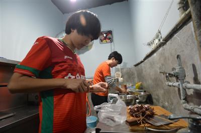 女足运动员脱下球衣开起烧烤店 曾拿过足协杯亚军
