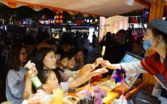 福州首个街头美食访谈秀上演 超5万人次参加