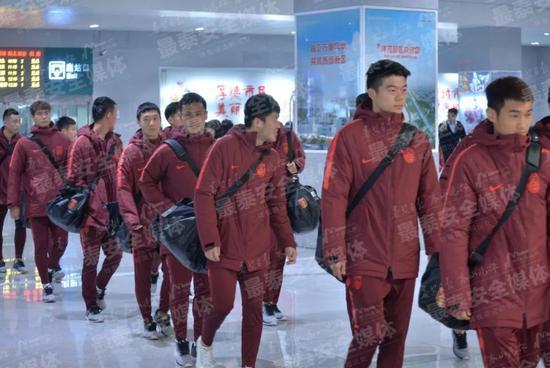 国足集训队上午乘高铁抵达泰安 特种部队亲自