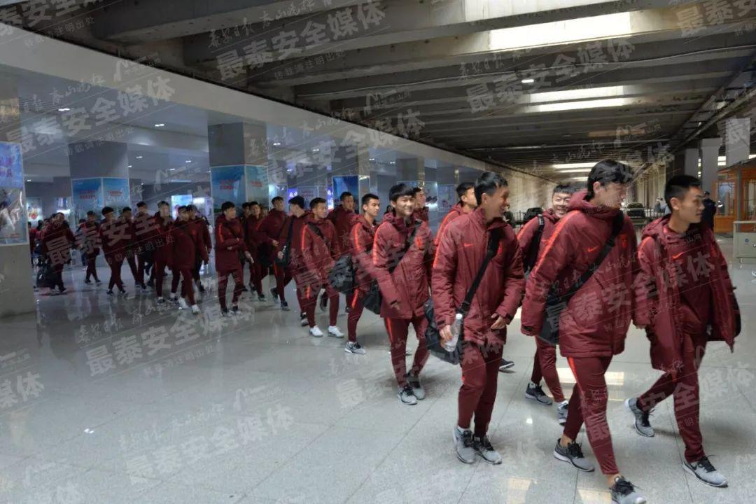 国足集训队上午乘高铁抵达泰安 特种部队亲自接站