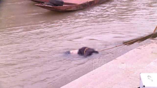 泸州长江滨江路现男性浮尸 挂在趸船缆绳上