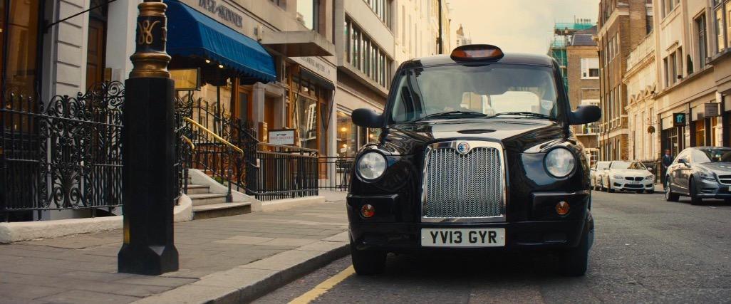 伦敦标志性的出租车,费用很高,但是得益于公共交通的发达,出行非常方便。 / 电影《王牌特工》剧照