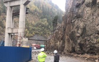 马尔康王家寨山体滑坡道路已抢通过往车辆注意安