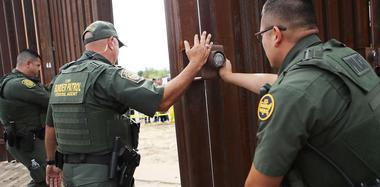 美墨边境短暂开放 移民与亲人团聚相拥而泣