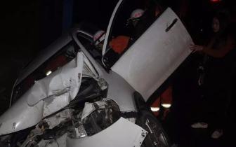 今日凌晨遂宁一车辆侧翻两人被困消防官兵紧急救援