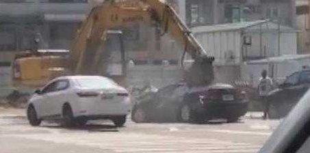 轿车挡道竟被挖掘机砸成废铁丢进坑里