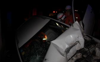 车轮打滑撞向路边围墙 遂宁消防破拆车门救人