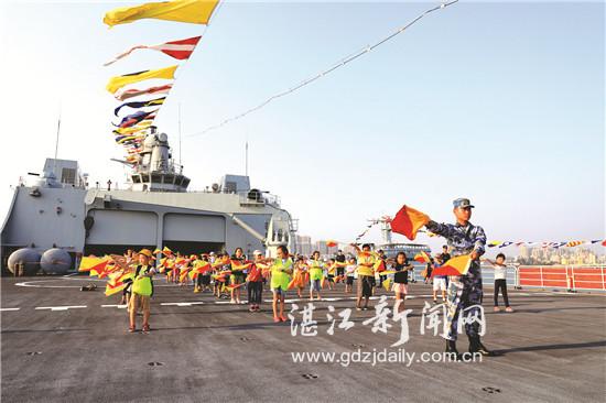 昆仑山舰举办军事开放日 群众零距离感受军旅生活