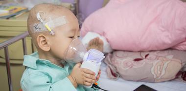 """揪心!1岁宝宝患癌 病床上学会自己""""治疗"""""""