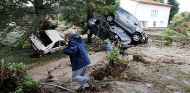 法国暴雨水灾致13死 现场一片狼藉