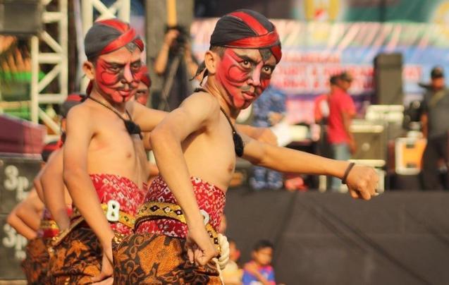 野性与传统结合 印尼特色舞蹈热闹非凡