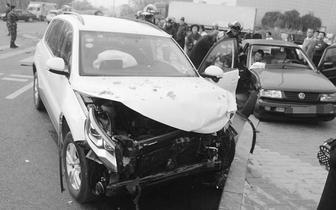 万福|两车十字路口相撞 一男子被卡车内