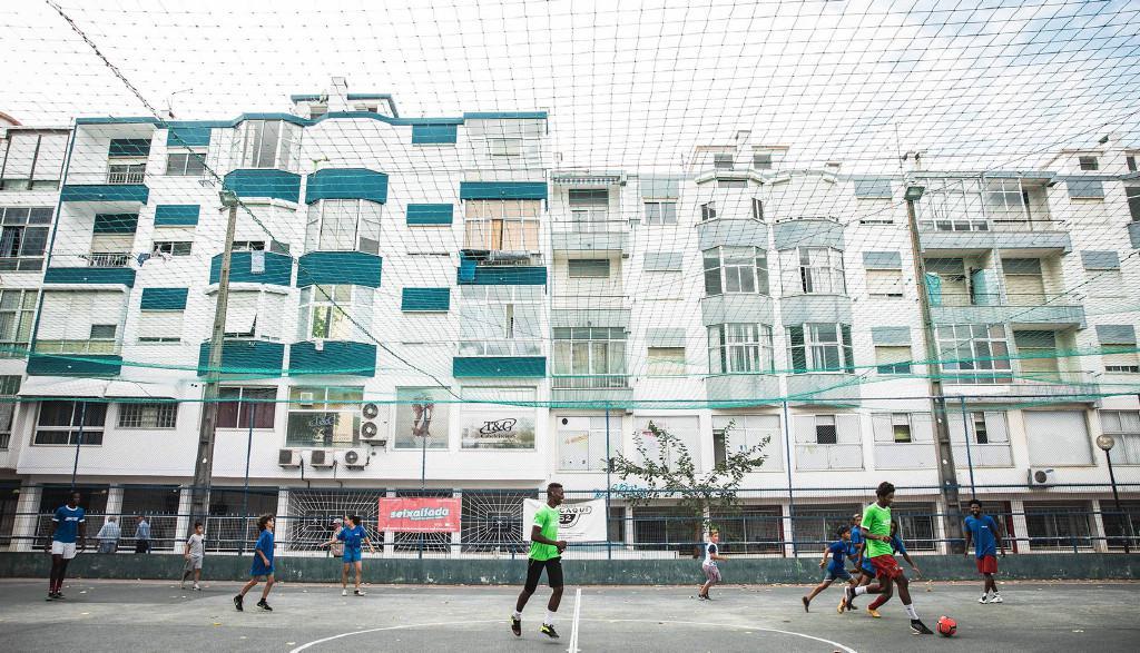 就在几天前,加入Common Goal的坎通纳造访了造访葡萄牙里斯本的街头足球组织Associa??o CAIS