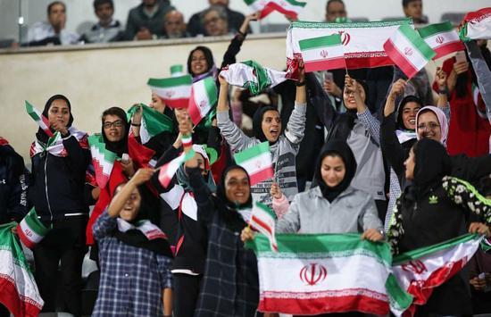 伊朗时隔40年答应女人现场看球 再也不必女扮男装