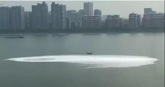 钱塘江面出现巨大漩涡 相关单位否认5号线工地漏水