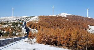 秋雪中的草原天路美景如画
