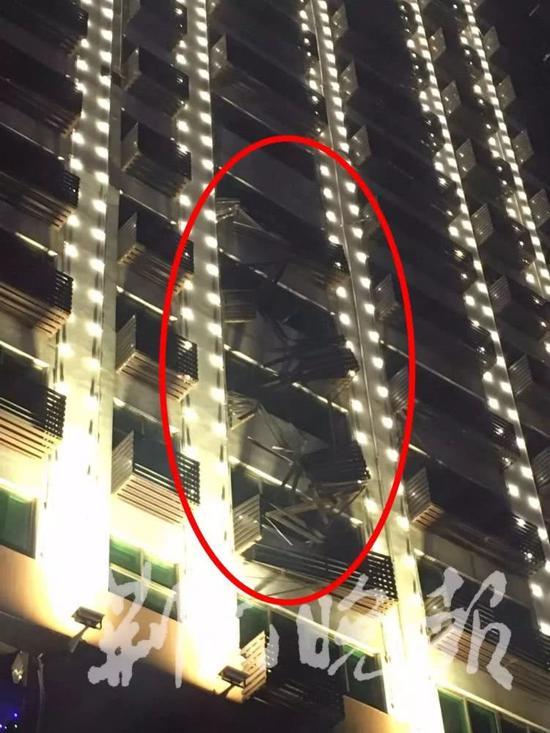 女子见楼外倒挂一人吓一跳却因此救了一条命