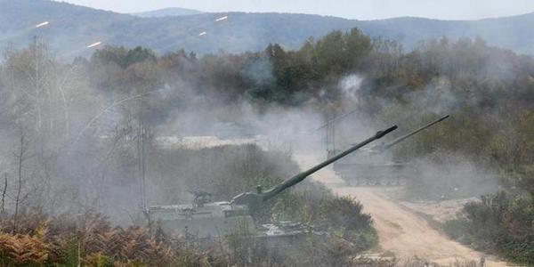 克罗地亚炮兵训练新老火炮发威