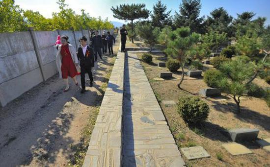 新人公墓办婚礼 称婚姻在墓地开始也会在墓地结束
