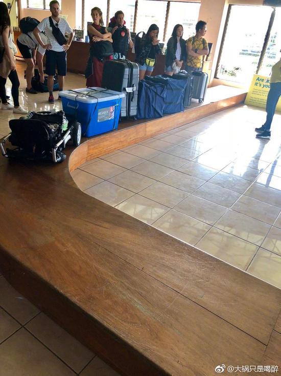 """网友遇到""""最简陋""""机场 行李传送带都是假的"""